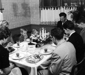Praying_dinner_turkey_Thanksgiving